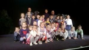 Dzieci z aktorami Teatru Banialuka