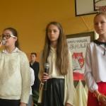 Eliza, Malwina i Marta recytują wiersze o ojczyźnie.